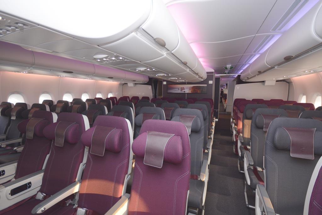 Los asientos de clase turista disponen de apoyacabezas regulables en altura.o