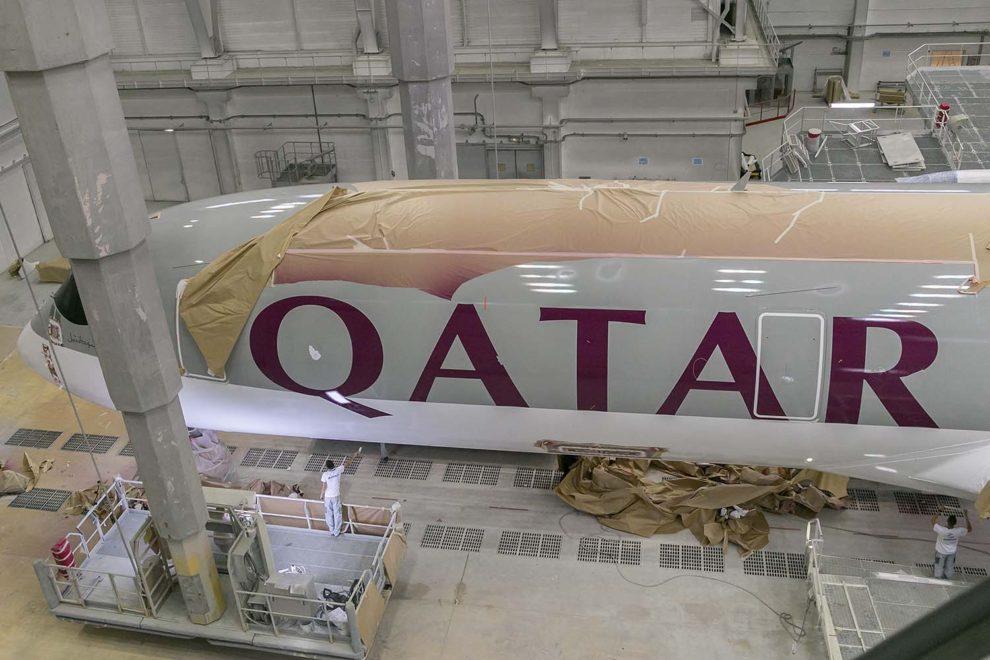 Pintura de un Airbus A350 de Qatar Airways antes de su entrega.