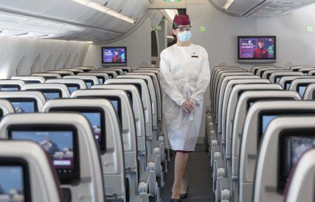 TCP de Qatar Airways con el nuevo traje protectorr que usan a bordo.
