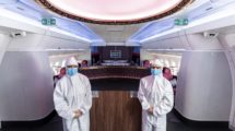 Tripulantes de cabina de pasaje de Qatar Airways con los trajes de protección que usan a bordo.
