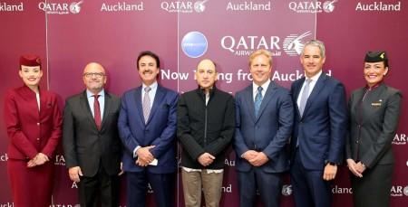 Akbar Al Baker, al centro, fue recibido en Auckland por (de izquierda a derecha) Todd McClay, ministro de Comercio y Empresas Estatales de Nueva Zelanda, Nasser bin Hamad Mubarak Al-Khalifa, embajador de Qatar en Nueva Zelanda, Adrian Littlewood, presidente del aeropuerto de Auckland, y por Marwan Koleilat, vicepresidente senior para Asia Pacífico de Qatar Airways.