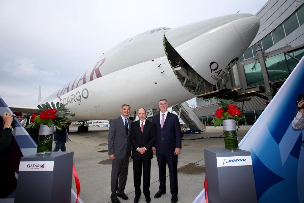 Entrega del primer Boeing 747-8F de qatar Airways en Everett con la presencia de los máximos representantes de Boeing y la aerolínea.