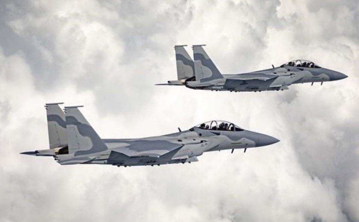 Dos de los F-15QA para Qatar en vuelo, con matrículas de la USAF en sus colas.