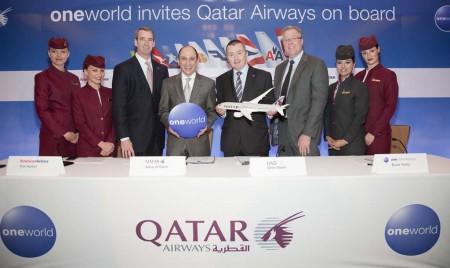 Al centro Akbar Al Baker de Qatar Airways y Willie Walsh de IAG en la firma de la adhesión de Qatar Airways a Oneworld.
