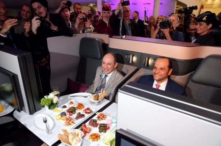 Akbar Al Baker junto al alcalde de Berlín en la presentación de los nuevos asientos en la ITB.