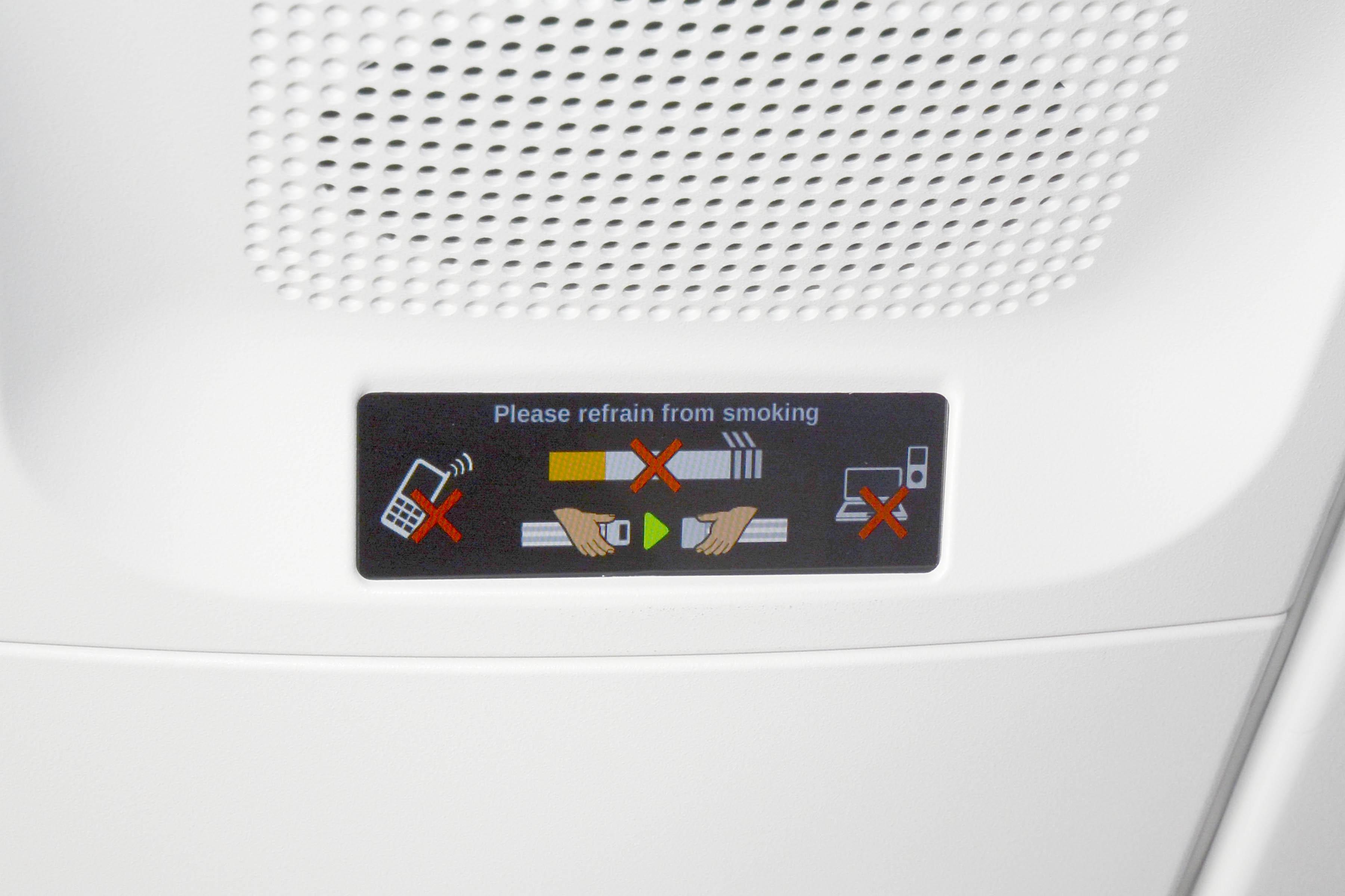 Los indicadores de no fumar y cinturones incluyen también la indicación para el uso de dispositivos electrónicos a bordo.