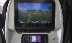 En turista, además de conectores eléctricos en el respaldo, sobresale el mando del sistema de entretenimiento con su pantalla táctil.