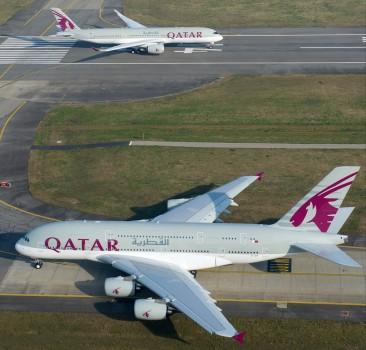 El primer Airbus A350 de Qatar alineado para despegar en Toulouse mientras el cuarto A380 de la compañía espera su turno.