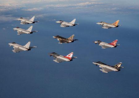 Formación de aviones Eurofighter de la RAF con decoraciones especiales.