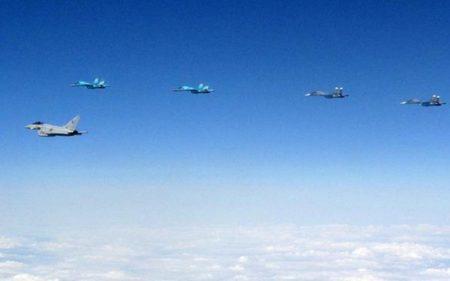 Aviones Sukhoi Su-27 y Su-30 rusos acompañados por los Eurofighter británicos.