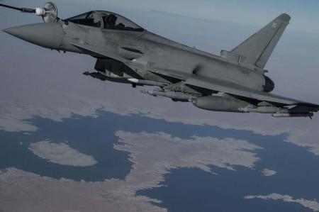 Repostaje en vuelo de un Typhoon del Escuadrón número 1 de la RAF durante una misión en Iraq.