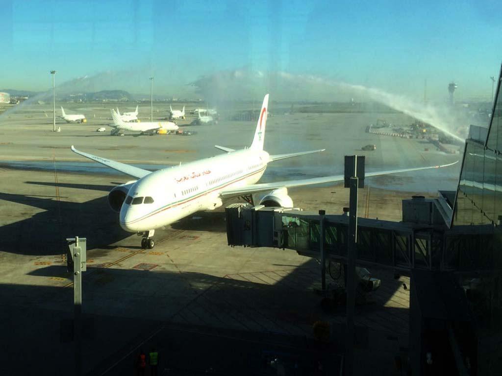 La llegada del Boeing 787 CN-RGB de Royal Air Maroc a Barcelona ha sido saludada con un arco de agua.