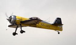 Entre los participantes civiles el campeón de vuelo acrobático Ramón Alonso.