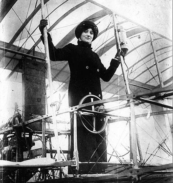Antes de obtener su título de piloto voló varia veces como pasajera.