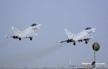 Despegue de dos de los Eurofighter. El vuelo se hizo en dos grupos de cuatro aviones  (más los dos de reserva hasta Lajes con el segundo), cada uno acompañado de un KC-46 italiano.