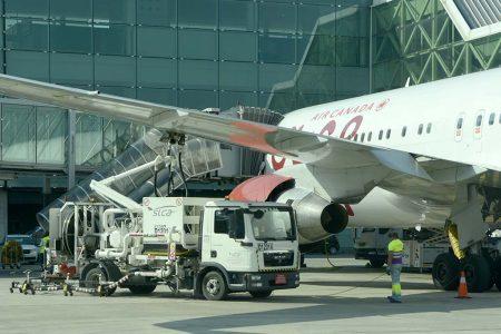 Repostaje de combustible en el aeropuerto de Barcelona El Prat.