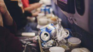 Residuos generados por la comida a bordo de un pasajero.