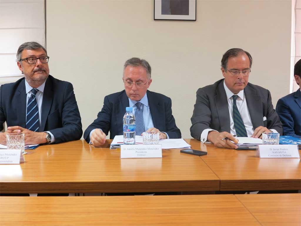 Adolfo Menéndez, presidente de TEDAE, acompañado por los delegados de Aeronáutica y Defensa durante la presentación de resultados de este grupo de empresas en 2014