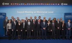 Foto de familia de los ministros que se han reunido para hablar del futuro de la exploración espacial europea. El español Luis de Guindos al centro en la primera línea.