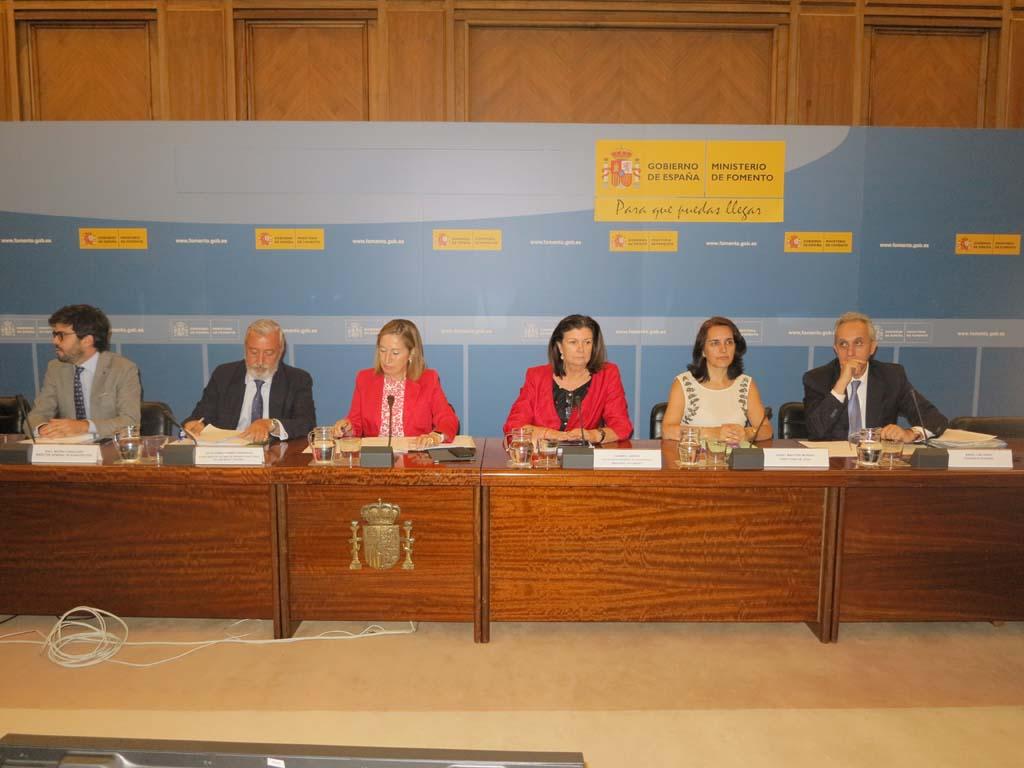 La minisitra de Fomento junto a directivos del ministerio y autoridades aeronáuticas en la runión con las aerolíneas.