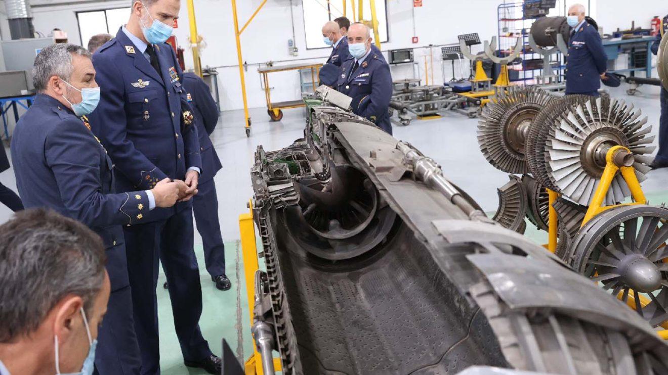 Visita del rey a las instalaciones del Ala 23, en este caso el taller de mantenimiento de los motores de los F-5.