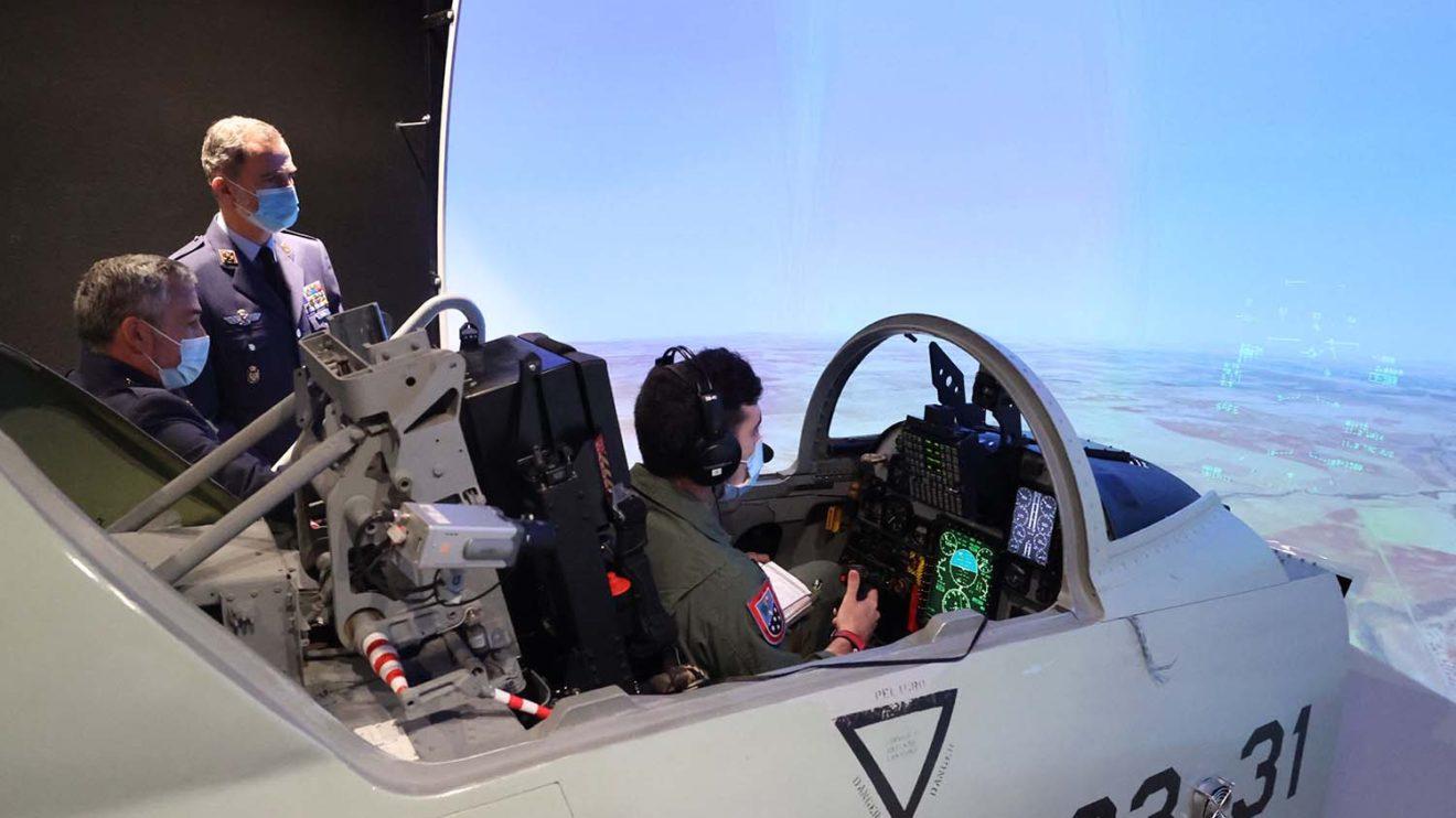 Felipe VI junto al simulador del F-5 que usan los alumnos.