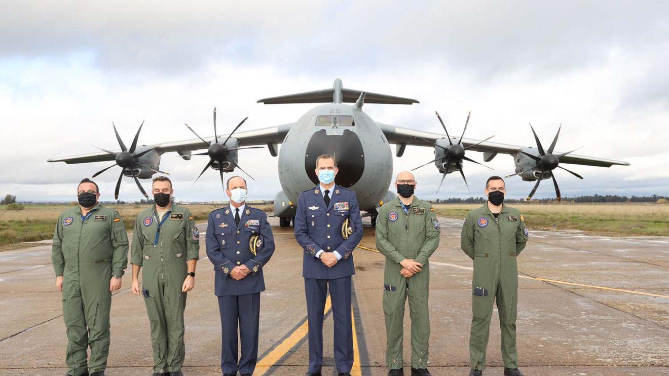 S.M. el rey con la tripulación del A400M del ala 31 que le ha trasladado de Madrid a Talavera y regreso.