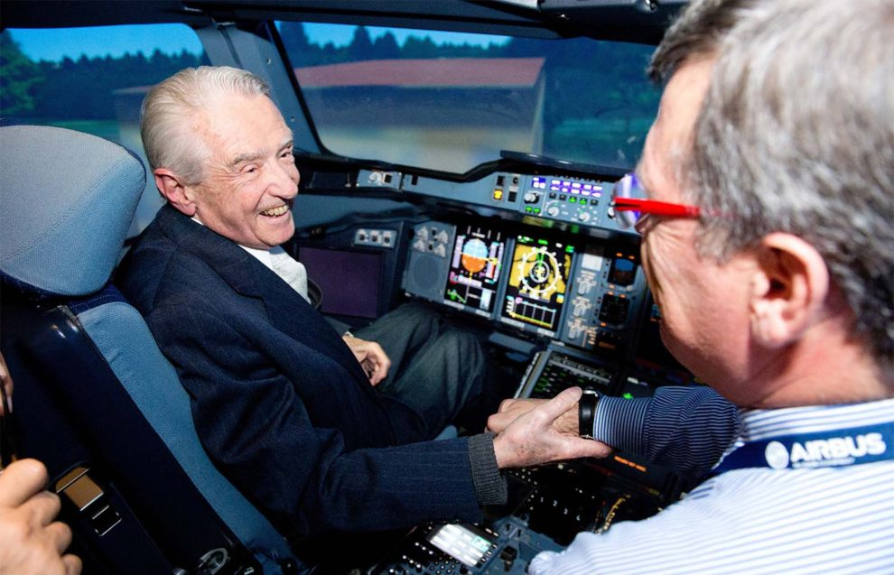 Beteille en un simulador de Airbus A340 en una de sus últimas visitas a Airbus.