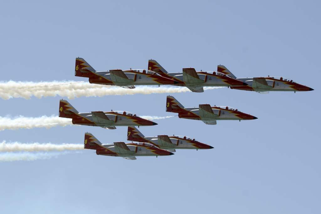 La Patrulla Águila se encargó de cerrar las dos horas y media de festival aéreo en Rota.