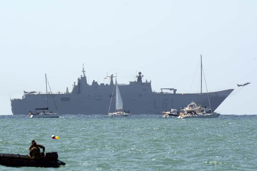 Los Harrier y los SH-3D que participaron en la demostración despegaron desde el buque de asalto anfibio Juan Carlos I situado frente a la playa y más allá de la línea de seguridad impuesta a las embarcaciones de quienes prefirieron ver el festival desde el mar.