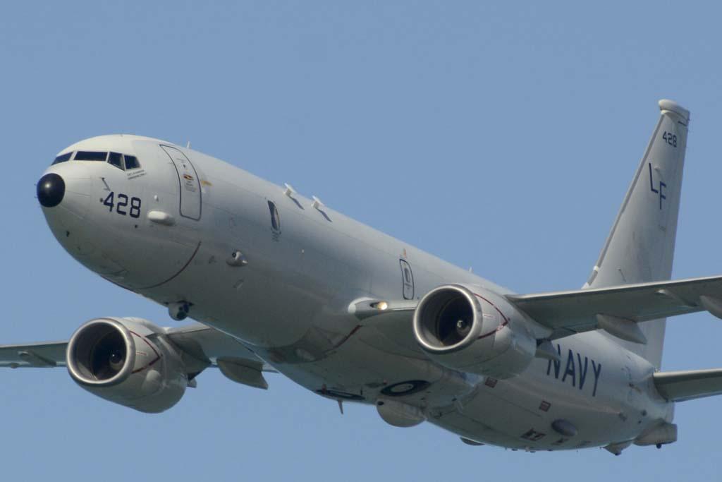Un P8 de la Marina de Estados Unidos fue el encargado de abrir, con una pasada por la playa de Rota, el festival aéreo de los 100 años de la Aviación Naval.