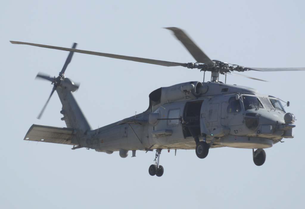 Uno de los dos SH-60 que dieron escolta al helicóptero del rey Felipe VI el día anterior al festival, armado con una GAU 16 de 12,7 mm.