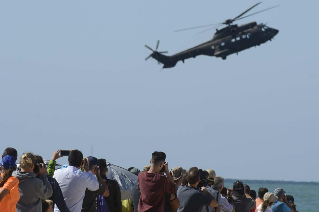 Varios miles de personas se dieron cita en las playas de Rota para ver las demostraciones aéreas.