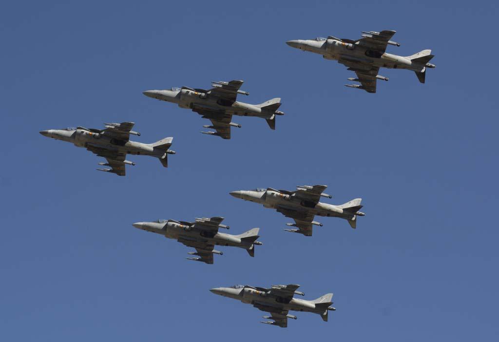 Formación de los Harrier de la Novena Escuadrlla antes de la exhibición de dos de ellos.