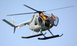 Como final de su actuación, los pilotos de uno de los Hughes 500 sacaron sendas banderas españolas por las puertas de su helicóptero.
