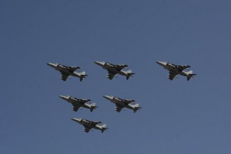 Formación de aviones Harrier de la Novena Escuadrilla participando en el desfile aéreo.