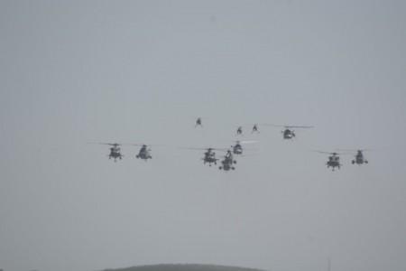 Los helicópteros de la Armada se aproximan a la base aeronaval de Rota durante el desfile aéreo.