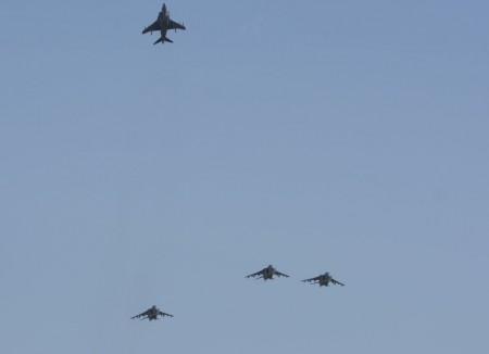 Cuatro Harrier realizaron una formación del Hombre Perdido durante el homenaje a los caídos.
