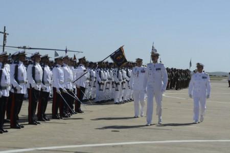 S.M. el rey pasa revista a las tropas en la base aeronaval de Rota.