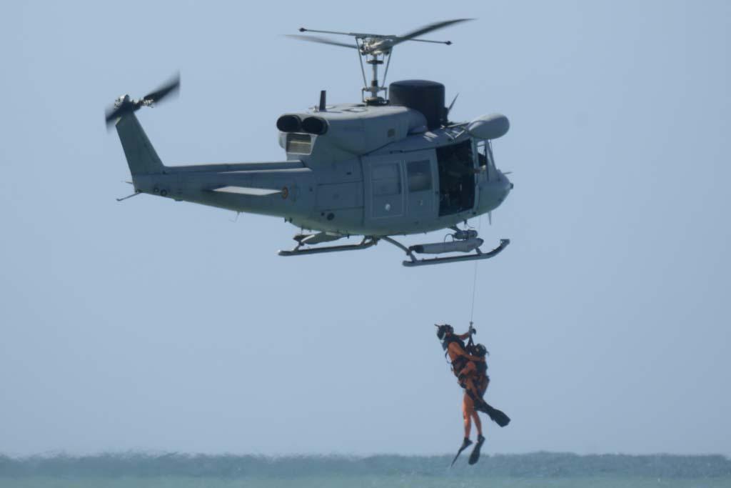 La modernización de los AB-212 ha devuelto a estos helicópteros su capacidad antisubmarina, aunque han conservado sus grúas de rescate.
