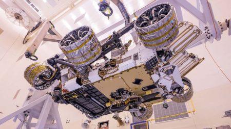 Vista inferior del rover Perseverance con elhelicóptero marciano ya instalado y conectado.