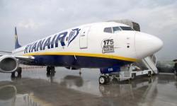 El Boeing 737-800 número 375 recibido el 11 de noviembre por Ryanair corresponde al pedido de 175 aviones que cursó el 18 de junio de 2013 y que celebró con esta pegatina en el morro de un de sus aviones en servicio.