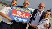 David O'Brien, director comercial de Ryanair y Emilio Bellingardi, director general de SACBO, operadora del aeropuerto de Bérgamo, junto alos TCP de Ryanair Iris Ghelfi y Francesco Gennari celebran el anuncio de las conexiones en el aeropuerto.