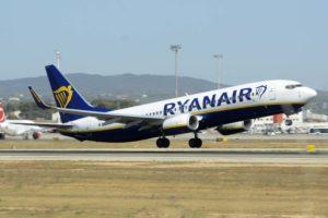 Ryanair ofrece reembolsos completos o vales para nuevos vuelos en la aerolínea por la cancelación de sus operaciones en Italia por el COVID-19.