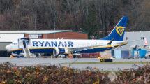 El primer B-737 MAX entregado a Ryanair fotografiado en Boeing Field todavía con su matríacula de pruebas.