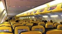 Cabina de pasaje de un Boeing 737-800 de Ryanair.