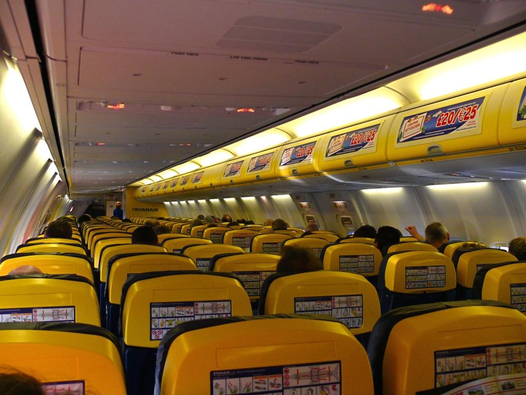 Cabina de pasaje de un Boeing 737 de Ryanair.