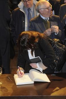 Esther Apesteguía, editora de Fly News firma en el Libro de Actas de la Sociedad Aeronaútica Española