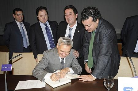 Amable Liñán firma en el Libro de Actas de la Sociedad Aeronáutica Española acompañado de miembros de la junta directiva