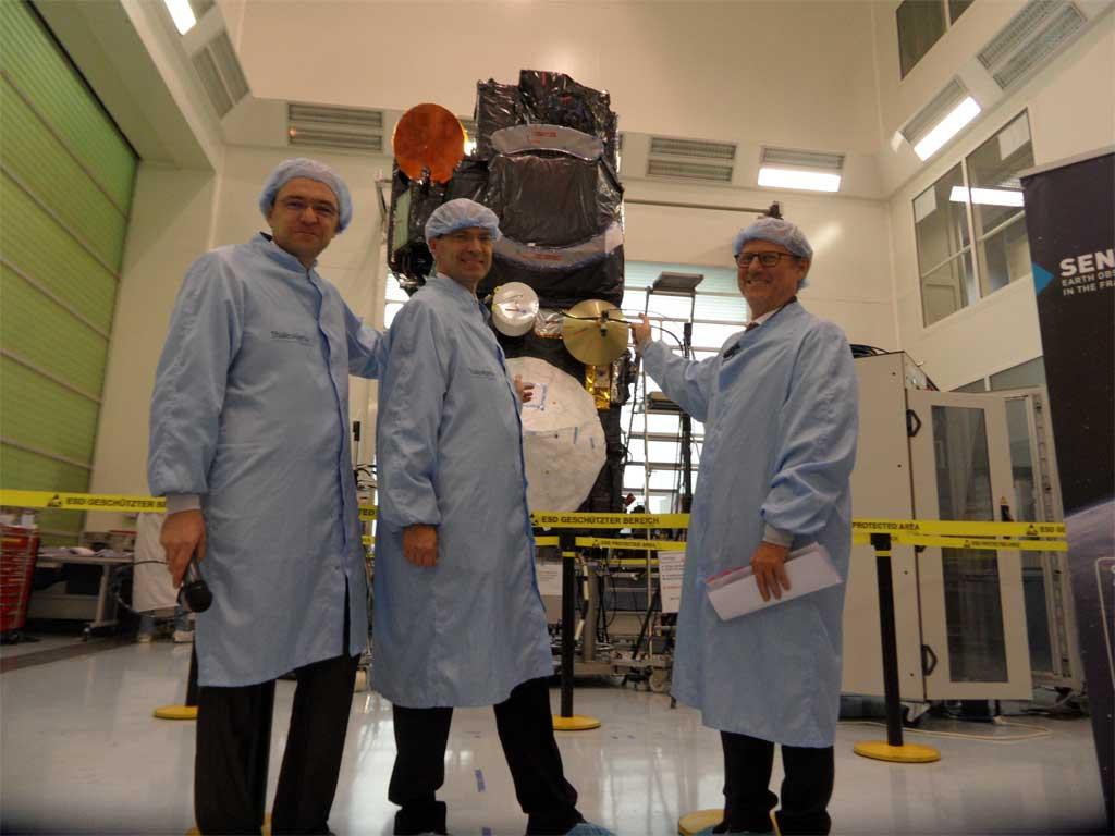 Liebig, Berutti y Baillon delante de Sentinel 3A en la sede de Thales Alenia Space en Cannes.